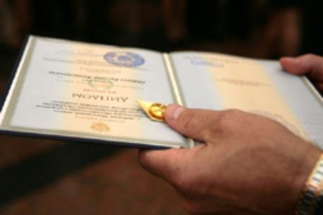 Какие дипломы можно встретить в разных странах  Например если выпускник школы сдал экзамен по немецкому языку с учетом высоких требований некоторые средние учебные заведения выдают диплом признанный в
